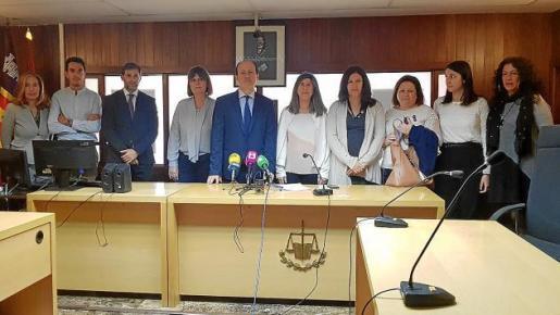 El juez decano y la fiscal jefe de Ibiza junto al resto de jueces y fiscales que presentaron ayer el documento reivindicativo.