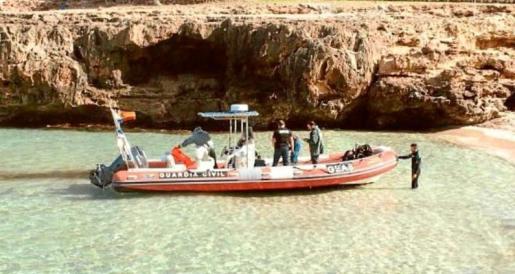 Imagen del momento en que la embarcación de los GEAS traslada el cadáver a una cala de Pollença.