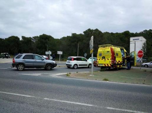 Sobre estas líneas, la ambulancia atiende al ciclista herido en el desvío a Santa Gertrudis donde se produjo el accidente
