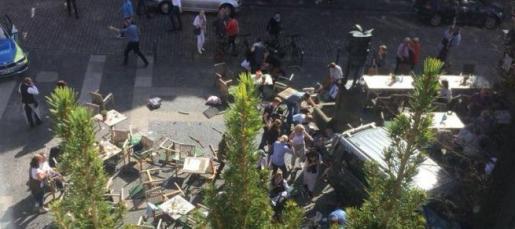 Bomberos, las ambulancias y Policía se encuentran ahora mismo en el centro de la ciudad evaluando la situación.