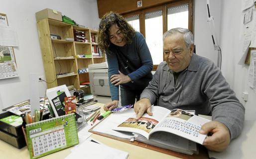 Alfonso Herrero echa un vistazo a la revista PIsarra ante la mirada de Joana Tur.
