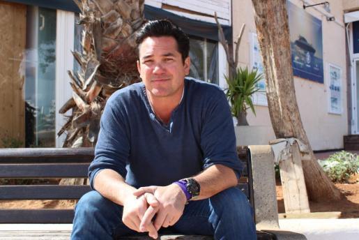 El actor de cine Dean Cain, en un asiento situado en el paseo de Santa Eulària.