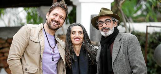De izquierda a derecha Miguel Ángel Tobías, director y guionista de El secreto de Iboshim, Ángela Molina y Miky Molina.