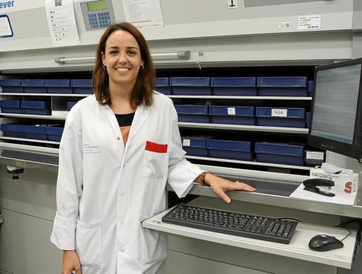 La gallega María Castro, ayer en el servicio de Farmacia del hospital Can Misses.