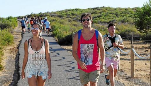 Imagen de archivo de turistas caminando hacia el faro el verano pasado.