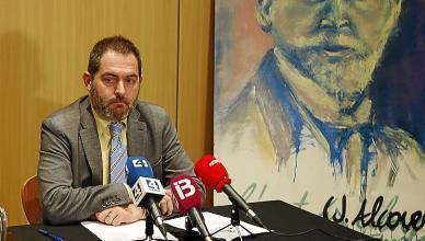 Josep de Luis, ayer, junto al retrato de Joan Alcover.