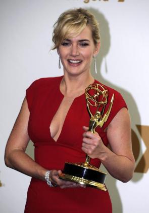 La actriz británica Kate Winslet sostiene su premio Emmy a mejor actriz principal en una miniserie o película por su papel en 'Mildred Pierce' .