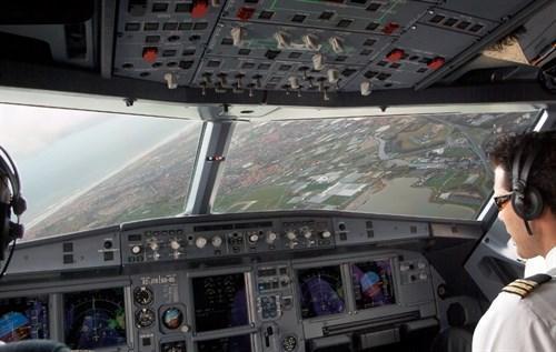 Los pilotos de Vueling piden equiparar sus salarios al mercado, al menos un 30%, para evitar la huelga.