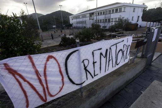 Las muestras de rechazo contra el crematorio se han multiplicado con acciones como esta pancarta a la entrada del CEIP Guillem de Montgrí.