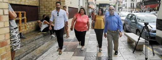 Imagen de la llegada de Aída Alcaraz a los juzgados de Ibiza el pasado 29 de mayo acompañada por el alcalde Pep Tur 'Cires' y otros compañeros de la corporación.