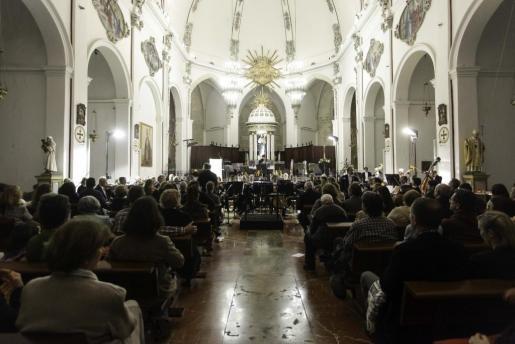 Los 60 maestros de la formación orquestal más importante y prestigiosa de Balears, interpretaron obras de Arriaga y Dvorak, bajo la dirección de Pablo Mielgo.