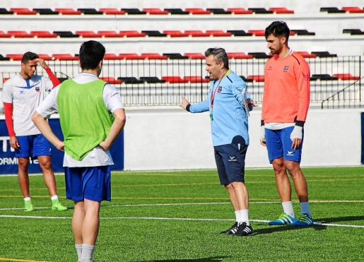 Juan Arsenal da instrucciones durante el último entrenamiento del Formentera.