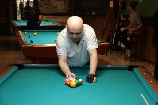 Óscar Cribeiro coloca con mimo las bolas.