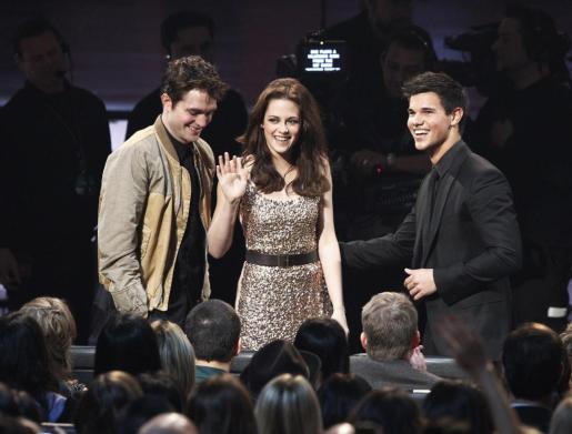 Los actores de la saga Crepúsulo Robert Pattinson , Kristen Stewart y Taylor Lautner.