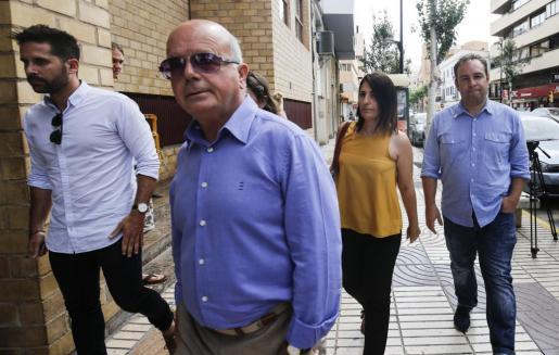 La imagen se corresponde con la llegada de Aída Alcaraz a los juzgados de Ibiza el pasado 29 de mayo acompañada por el alcalde Pep Tur 'Cires' y otros compañeros de la corporación municipal.
