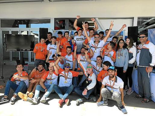Los palistas del CN Sant Antoni posan felices con sus premios.