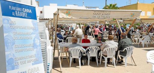 Ambiente animado en las inmediaciones de la iglesia de Sant Jordi, con numerosas mesas y sillas instaladas para que la gente pudiese disfrutar del evento.