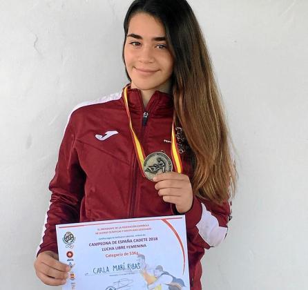 Carla Marí posa con su diploma de campeona de España cadete en el peso de 53 kilogramos.