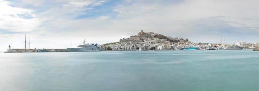La imagen panorámica del Puerto de Ibiza que forma parte de la colección presentada por Pascval.