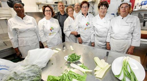 El director insular de Turisme con todo el equipo de cocineras que transmitieron ayer sus conocimientos.