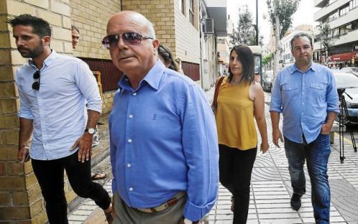 Imagen de la llegada de Alcaraz a los juzgados de Ibiza el pasado 29 de mayo acompañada por 'Cires' y otros compañeros del Ayuntamiento.