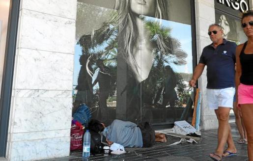 Imagen de archivo de un 'sin techo' durmiendo en una de las calles del núcleo de Ibiza.