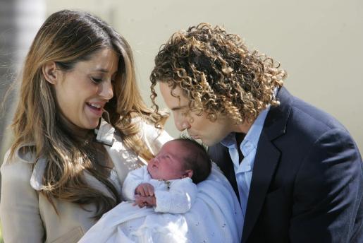 Los orgullosos padres han presentado a su niña a las puertas del hospital.