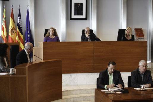 Imagen del pleno celebrado ayer en el Consell d'Eivissa.