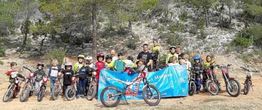 Varios integrantes de la Escuela de Motociclismo de Ibiza posan detrás de la nueva adquisición obtenida gracias a la Fundación Abel Matutes.