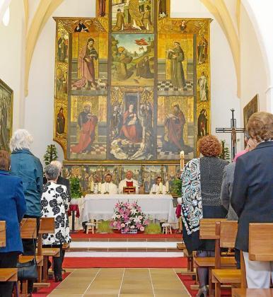 La iglesia de Jesús celebró con una misa cantada y un concierto la inauguración oficial del retablo restaurado.