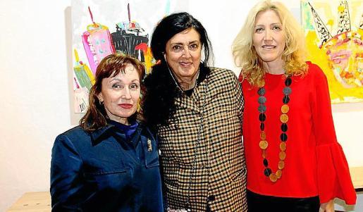 Nekane Aramburu, Luisa del Valle y Aina Pastor, ante la colorida obra.