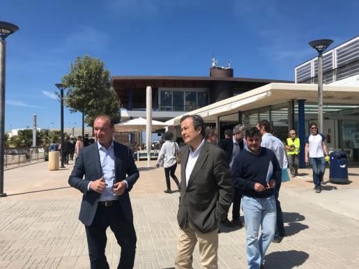 Gual de Torrella y Jaume Ferrer ayer en el puerto de la Savina.