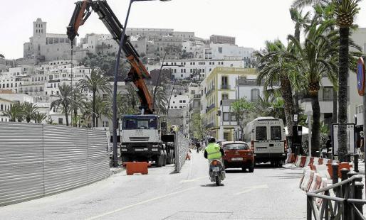 Imagen del estado actual de las obras de la avenida Santa Eulària y el carril de circulación cortado al tráfico.