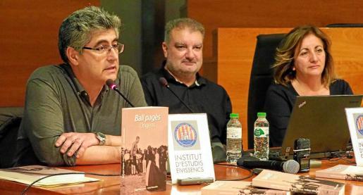 Miquel Mayordomo y Antoni Manonelles junto a la consellera del Govern balear Fanny Tur, el jueves por la noche durante la presentación del libro.