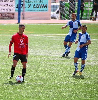 Garmendia, con el balón, ante la mirada de dos jugadores del Sabadell.