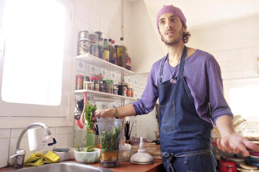 Javier Mevdedovsky perpara un 'batido verde energético', una de sus recetas de cocina crudivegana.