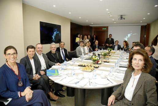 La sede central de CaixaBank en Balears reunió a organizadores, patrocinadores y colaboradores, entre ellos Carmen Serra, presidenta del Grup Serra; María Alsina, directora territorial de la entidad en las Islas, o Carmen Planas, presidenta de CAEB, entre otros.