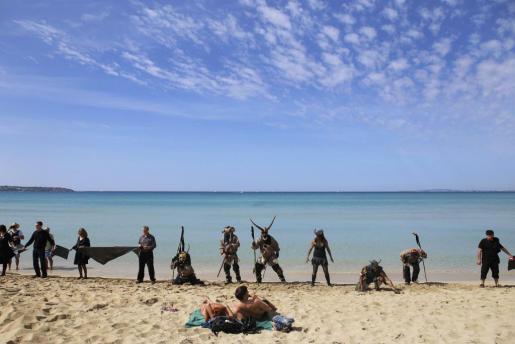 Imagen de archivo en Mallorca de varios activistas protestando contra los planes de prospección petrolera en la costa de Balears por temor al peligro del ecosistema y el efecto negativo en la industria turística.