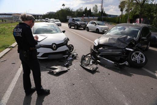 PALMA. ACCIDENTES TRAFICO. Un accidente frontal entre dos coches en el Camí dels Reis causa grandes retenciones.
