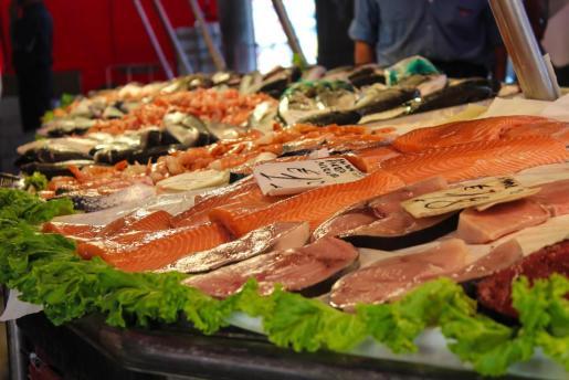 Pescado expuesto en un mercado.