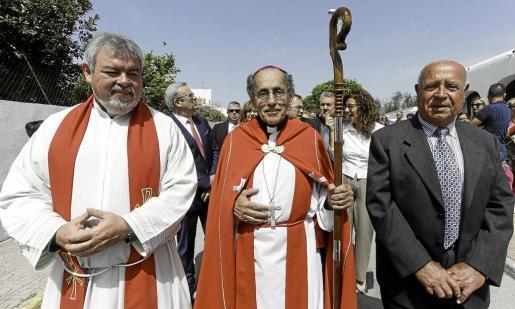 Joaquín María López de Andújar y Cánovas del Castillo acompañado por el párroco de Sant Jordi Marcelo Gabriel Jofré.