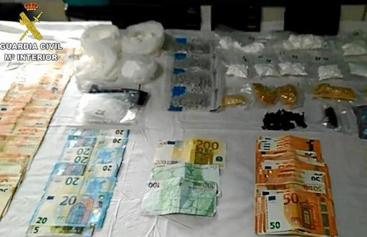 Imagen de parte del dinero y las sustancias estupefacientes intervenidas por los agentes de la Guardia Civil.