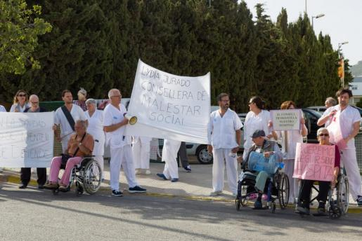Trabajadores y usuarios de Cas Serres durante la protesta de ayer frente al centro.