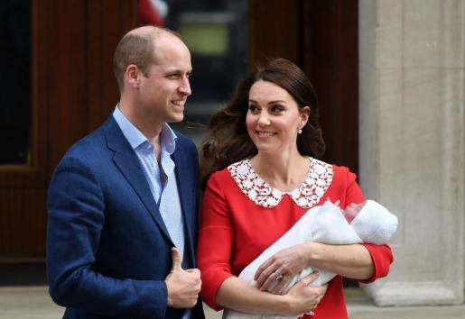El príncipe Guillermo de Inglaterra y su esposa Catalina salen del hospital St Mary's de Londres, Reino Unido, el 23 de abril del 2018, donde Catalina ha dado a luz a su tercer hijo.