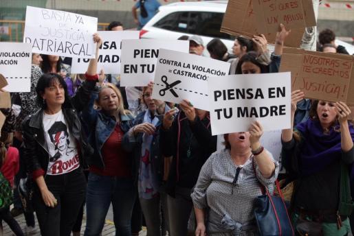 Concentrados a las puertas de los juzgados de Ibiza tras conocer la decisión de los jueces.
