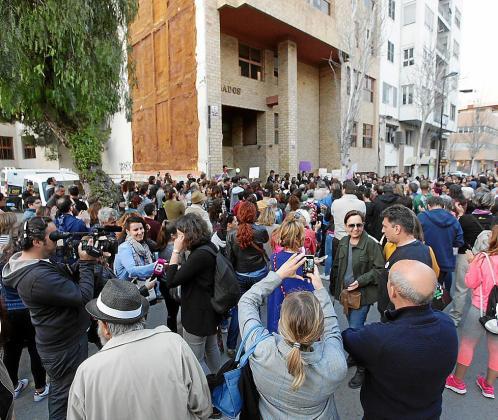 La protesta se convocó ayer por la mañana tras conocerse el resultado de la sentencia de la Audiencia de Navarra que absuelve del delito de violación.
