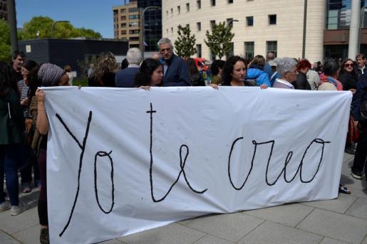 Concentrados a las puertas de la Audiencia de Navarra antes de conocer la decisión de los jueces.