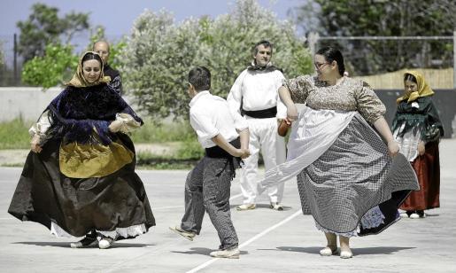 Las tradiciones y el ball pagès fueron las grandes protagonistas de la jornada de clausura de la Semana Cultural del CEIP Es Vedrà.