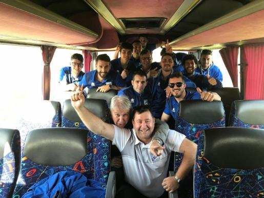 El Gasifred celebra el título en el autobús de camino al aeropuerto de Palma.
