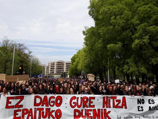 Varios miles de personas se han reunido de nuevo ante el Palacio de Justicia de Navarra para mostrar su rechazo a la sentencia que ha condenado a los cinco miembros de la 'Manada'.